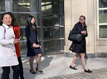 林英(白外套)离开法庭。