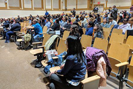 """不同族裔的家长参加190初中家长会主办的""""特殊高中入学考试论坛""""。"""
