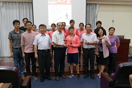 水里乡长陈癸佑(前排左4)颁发奖金8,000元鼓励水里国中女子划船队。