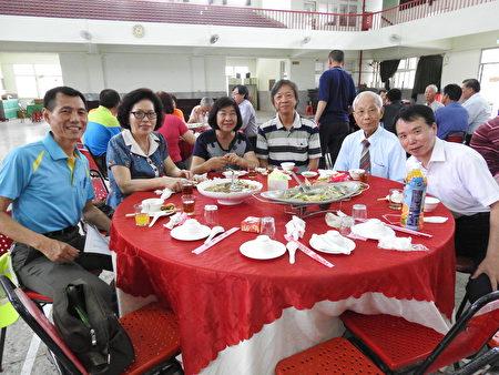 在布袋国小118周年校庆活动中,高龄88岁的蔡长荣老师(右2),应民国49年毕业学生的邀请,返校参加庆祝活动暨餐叙,左1为校长龙怀成。