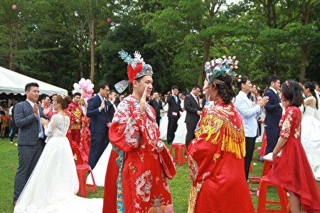 來自菲律賓的RINA與張育麟是一對異國姻緣的新婚夫妻,享受中國古老添燈儀式的新奇。