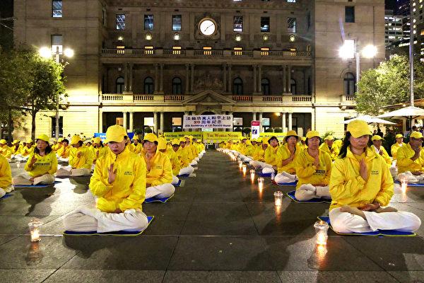 4月24日晚間,悉尼法輪功學員在海關大樓前悼念20年來失去生命的大陸法輪功學員。(安平雅/大紀元)