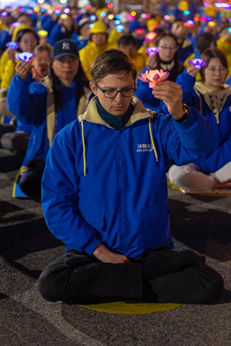 紐約法輪功學員在中領館前舉行夜悼,紀念「四.二五」和平上訪暨反迫害20周年,悼念被中共迫害致死的法輪功修煉者。