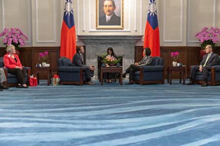 總統蔡英文24日接見美國「共和黨全國委員會」共同主席希克斯(Tommy Hicks)等人。
