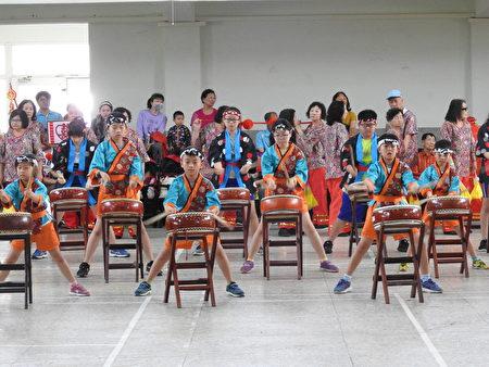 在布袋国小118周年校庆活动中,太鼓队进行精彩的表演。