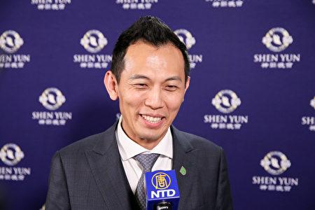 2019年4月15日晚上,台灣綠建材產業發展協會理事長饒允政觀賞神韻世界藝術團在台北國父紀念館的演出。(白川/大紀元)