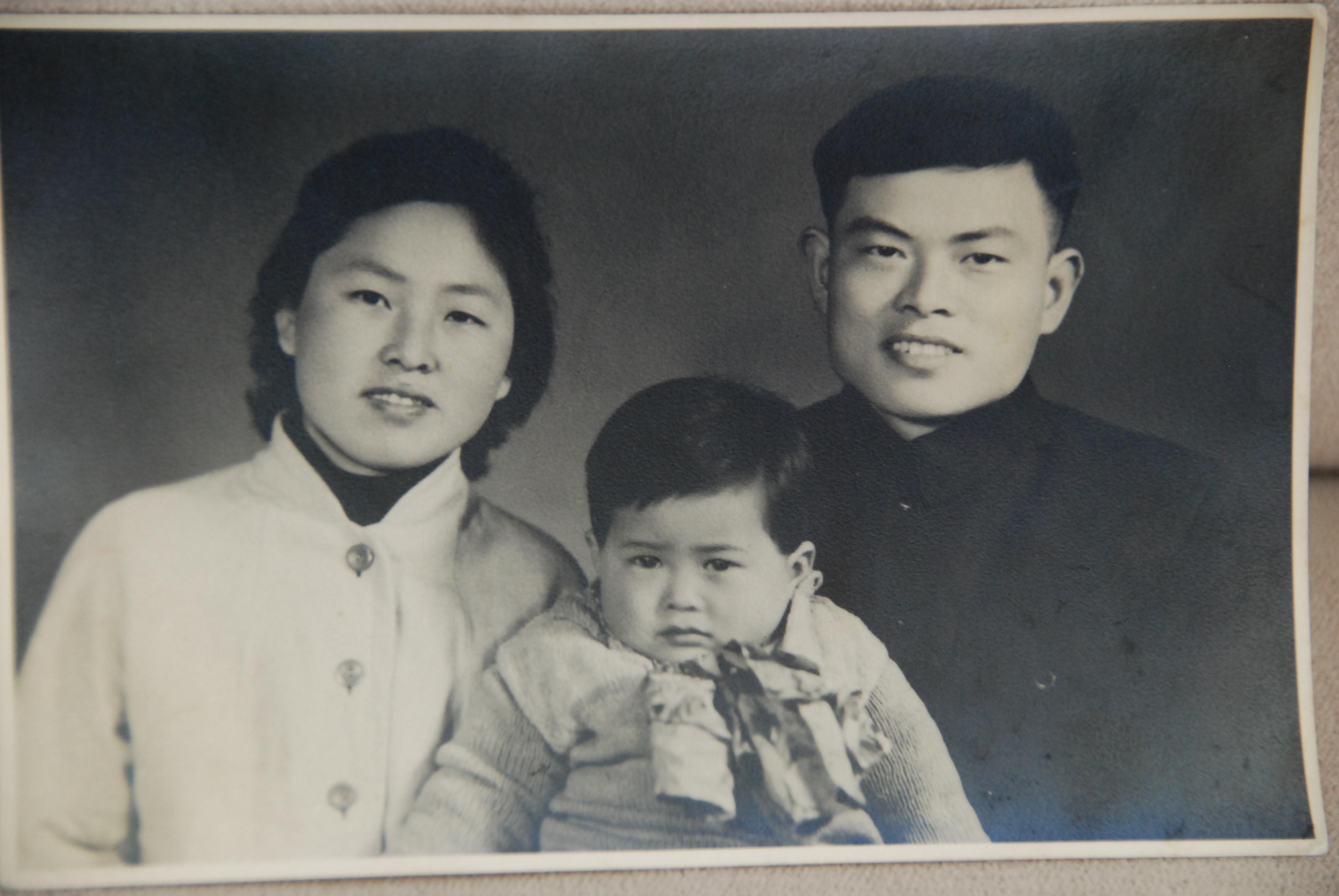 幼年時代的賈平跟父母合照。