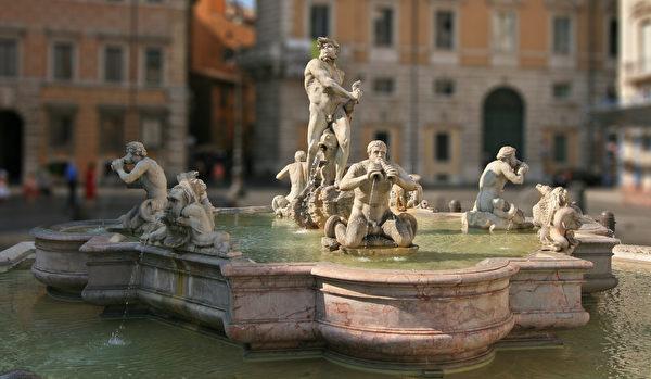 纳沃那广场南端的摩尔人喷泉。(公有领域)
