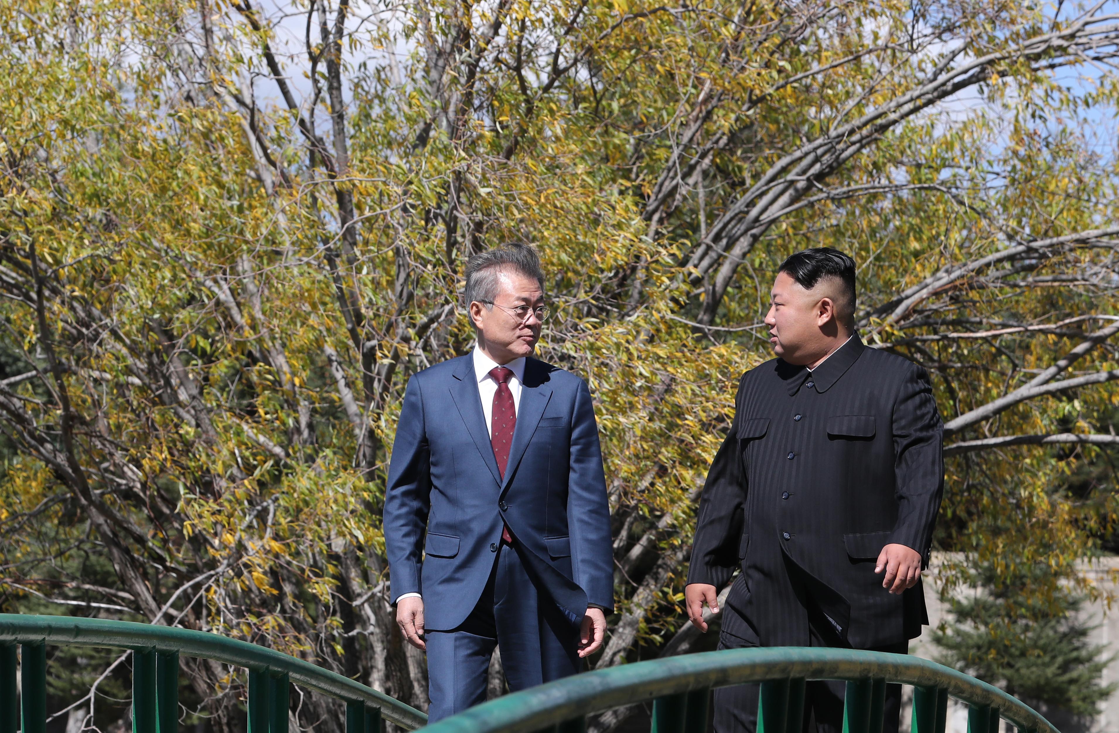 南韓總統文在寅的助手表示,如果第四次韓朝首腦會談順利舉行,文在寅將會替美國總統特朗普傳遞訊息給北韓領導人金正恩。圖為2018年9月20日,第三次韓朝首腦會談在北韓三池淵舉行。(Pyeongyang Press Corps/Pool/Getty Images)