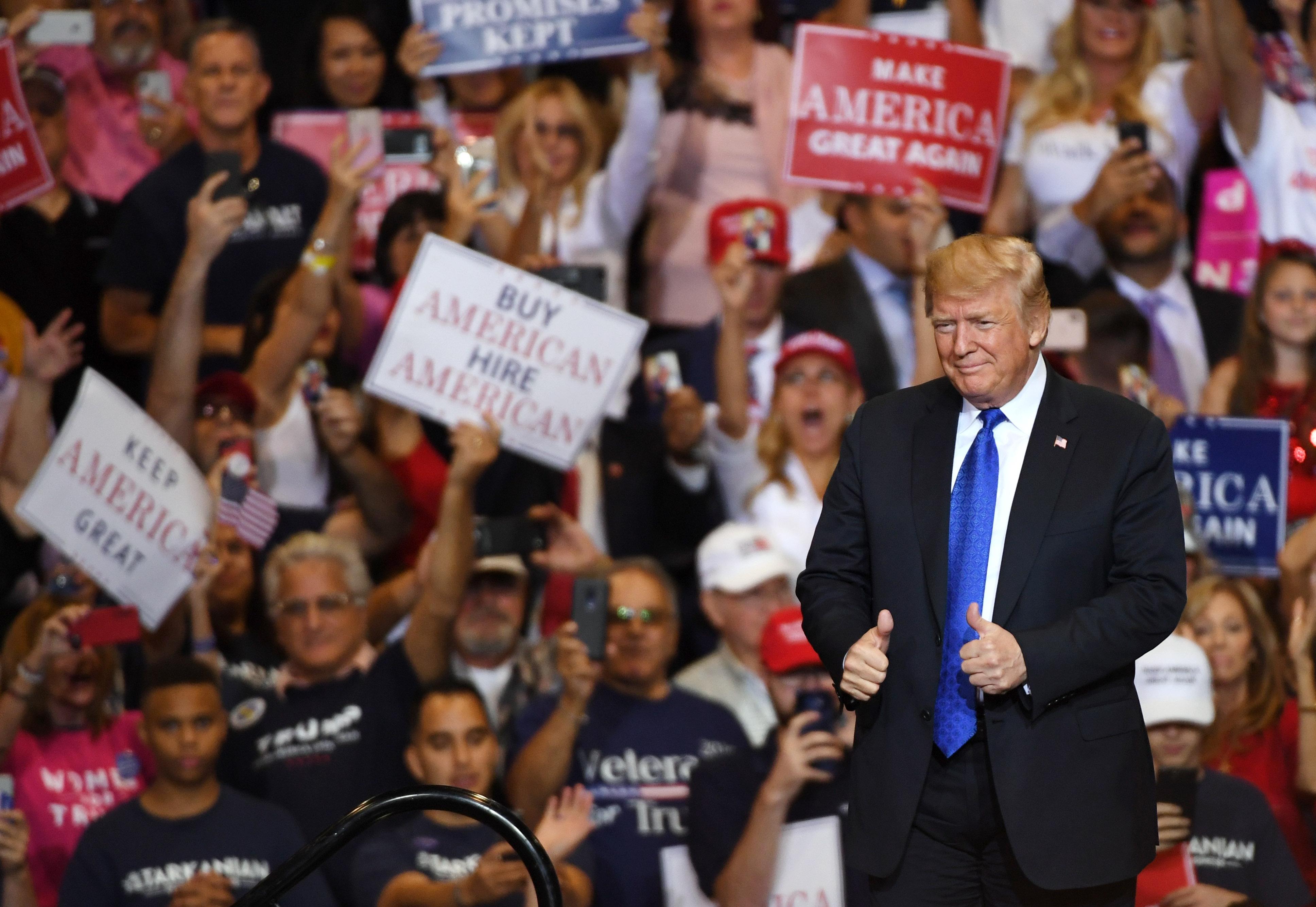 特朗普施政滿意度破五成 民調專家警告民主黨