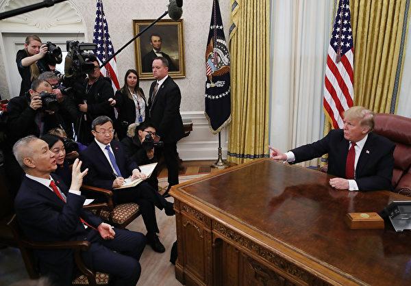圖為1月31日,特朗普在白宮會見劉鶴。(Mark Wilson/Getty Images)