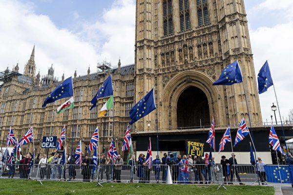 英國議會1日進行第二輪脫歐「指示性投票」,四項提案均被英國議會否決。圖為3月28日,倫敦,反對脫歐的民眾在英國國會大廈前抗議。(Niklas HALLE'N/AFP)