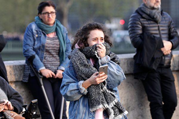 悲傷的目擊者。(GEOFFROY VAN DER HASSELT/AFP/Getty Images)