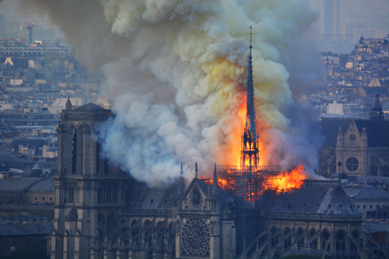 巴黎聖母院大教堂大火。(HUBERT HITIER/AFP/Getty Images)