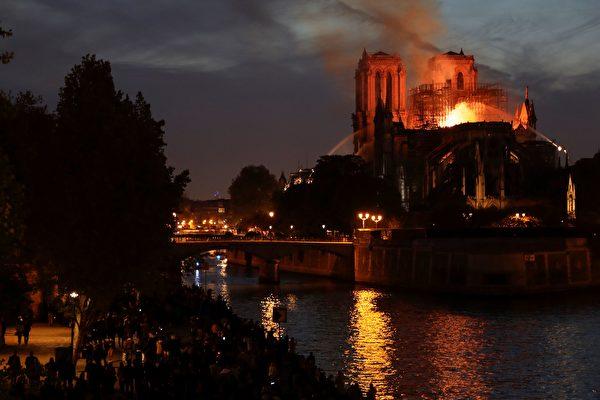 夜幕降臨,大火仍未撲滅。(THOMAS S1AMSON/AFP/Getty Images)