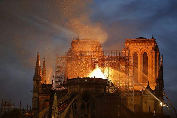 大火仍未撲滅。(FRANCOIS GUILLOT/AFP/Getty Images)