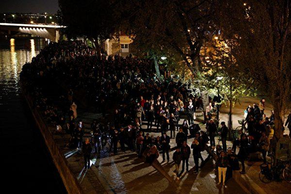 人們關注火勢,久久不願離開現場。(GEOFFROY VAN DER HASSELT/AFP/Getty Images)