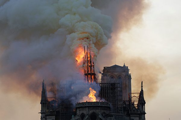 大火仍在燃燒。(GEOFFROY VAN DER HASSELT/AFP/Getty Images)