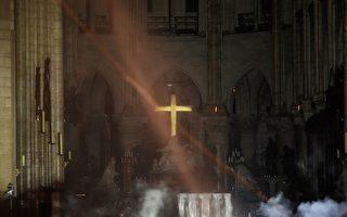 巴黎圣母院大火屋顶烧垮 十字架屹立不倒