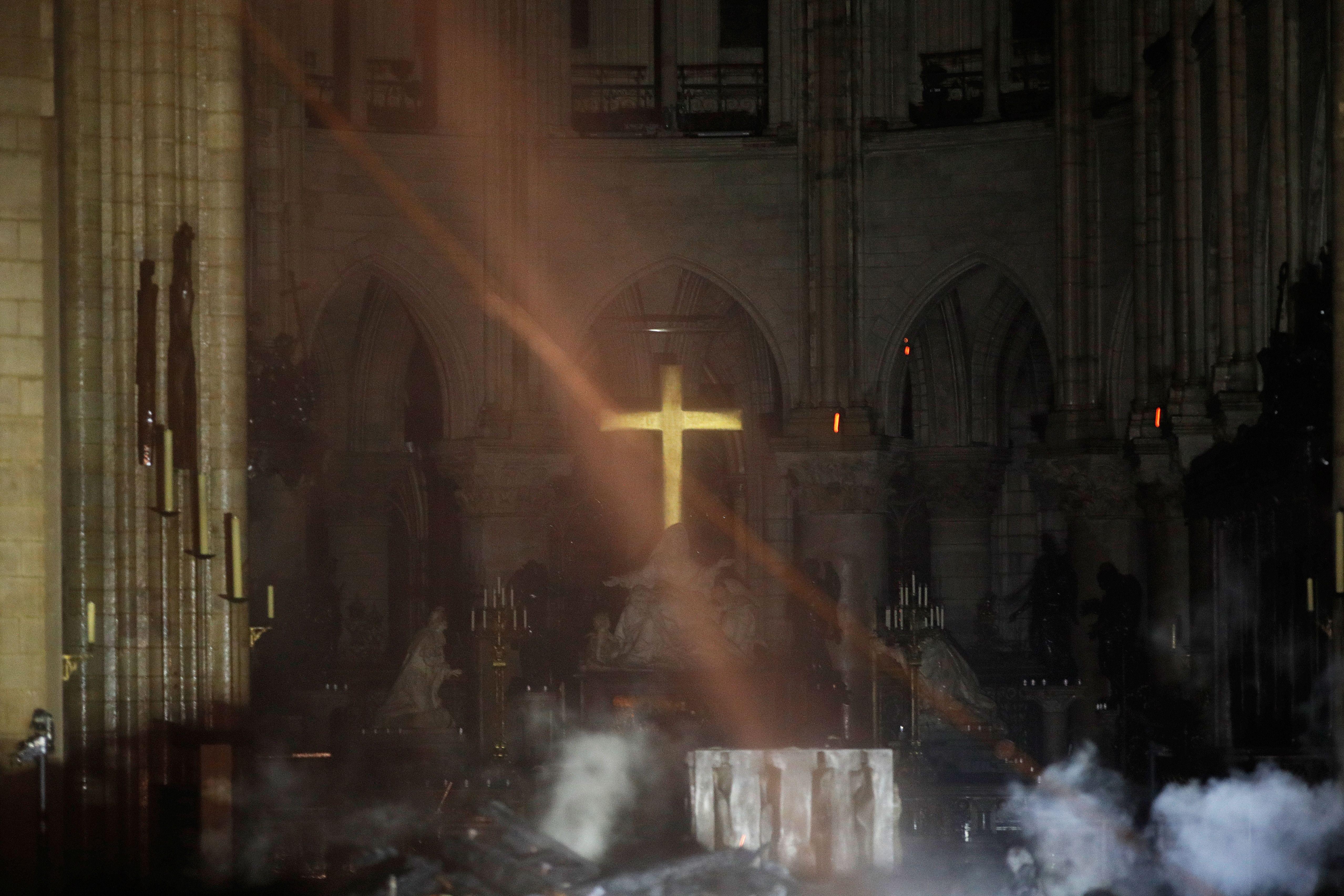巴黎聖母院大火屋頂燒垮 十字架屹立不倒