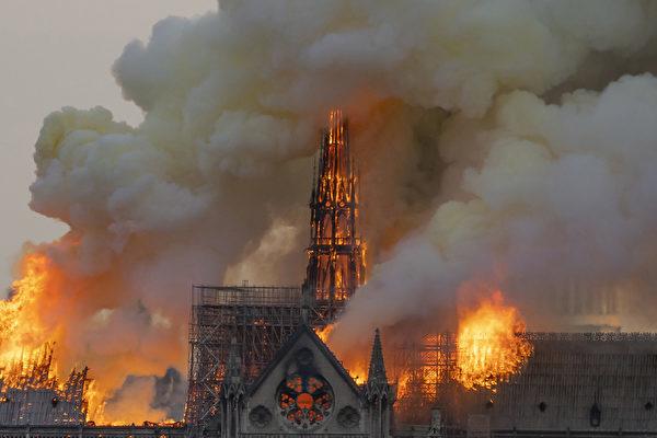 大火中的頂部尖塔。(FABIEN BARRAU/AFP/Getty Images)