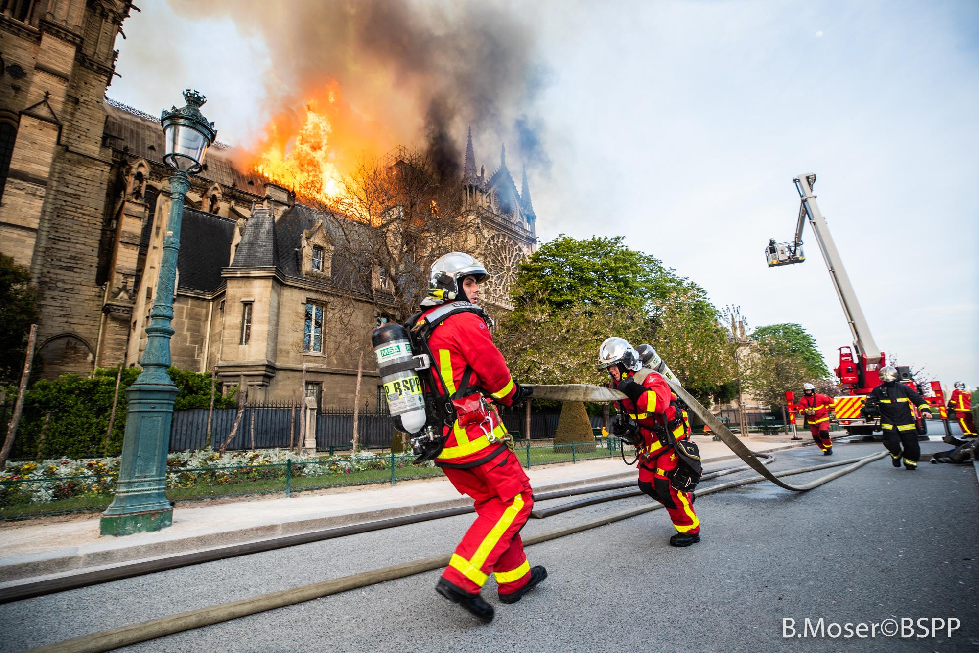 顏丹:巴黎聖母院滅火現場的中國無人機