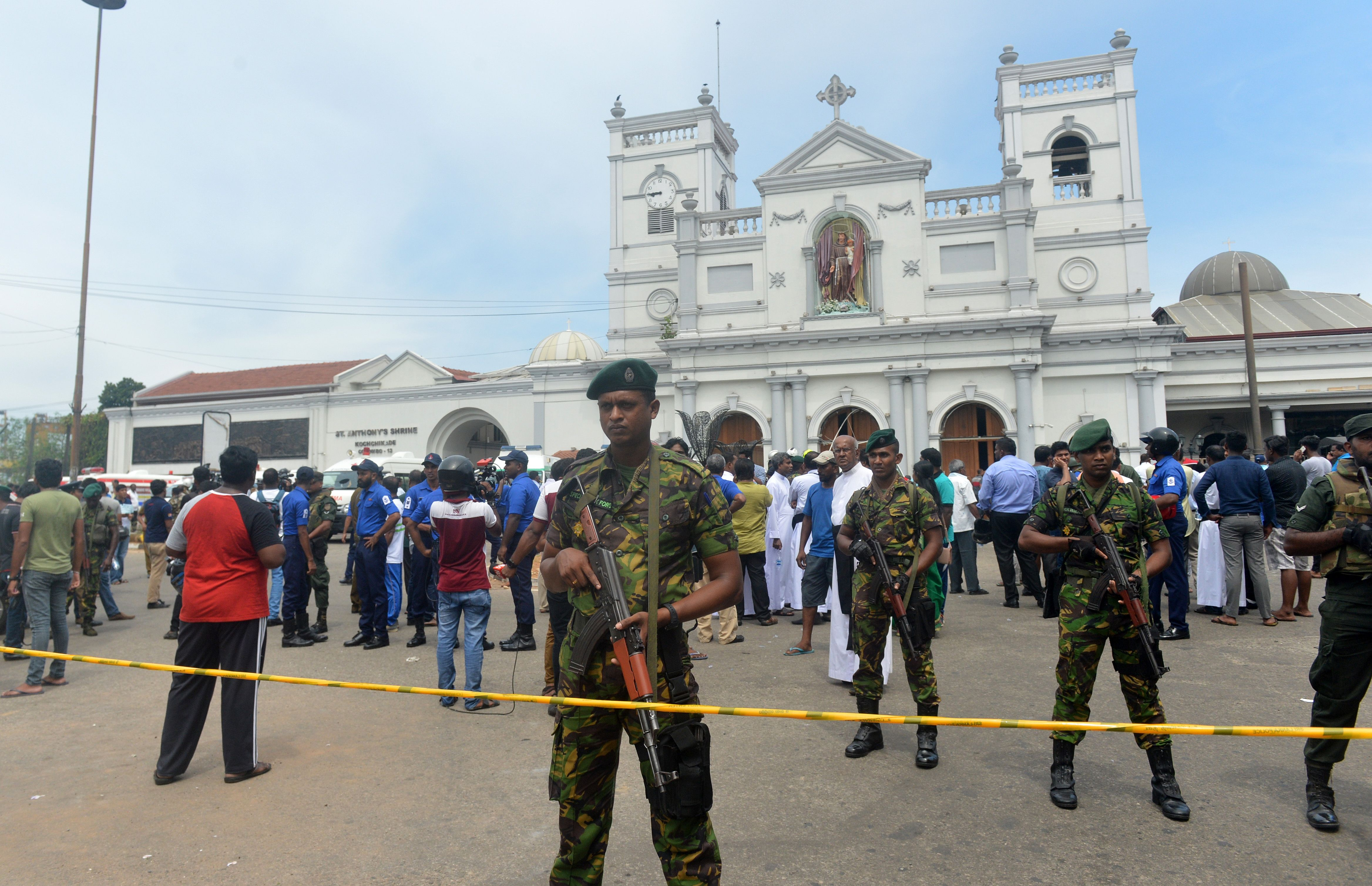 爆炸發生後,教堂外面守衛的斯里蘭卡安全力量。(Stringer/Getty Images)