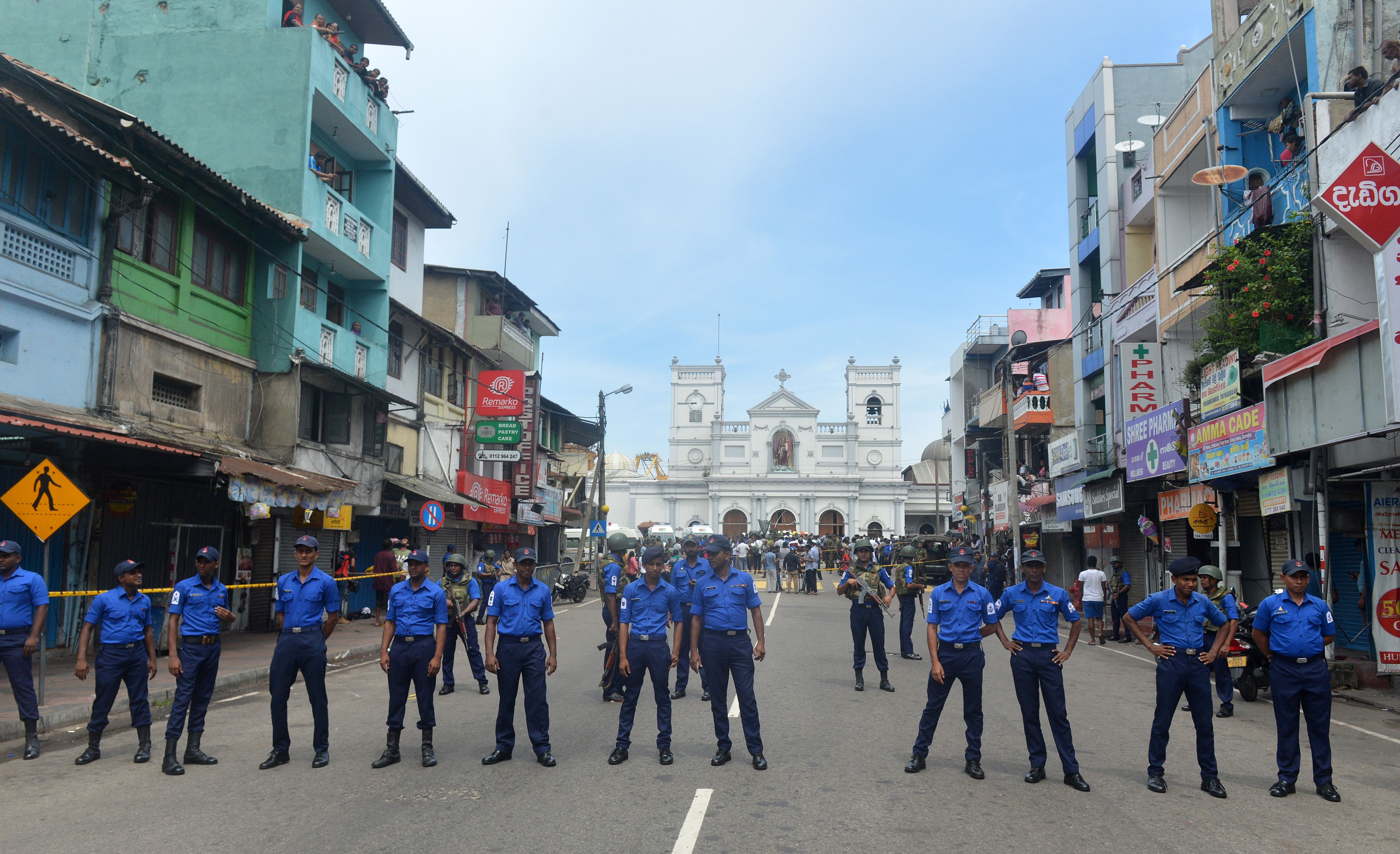 爆炸發生後,教堂外面守衛的斯里蘭卡安全力量。(ISHARA S. KODIKARA/AFP/Getty Images)