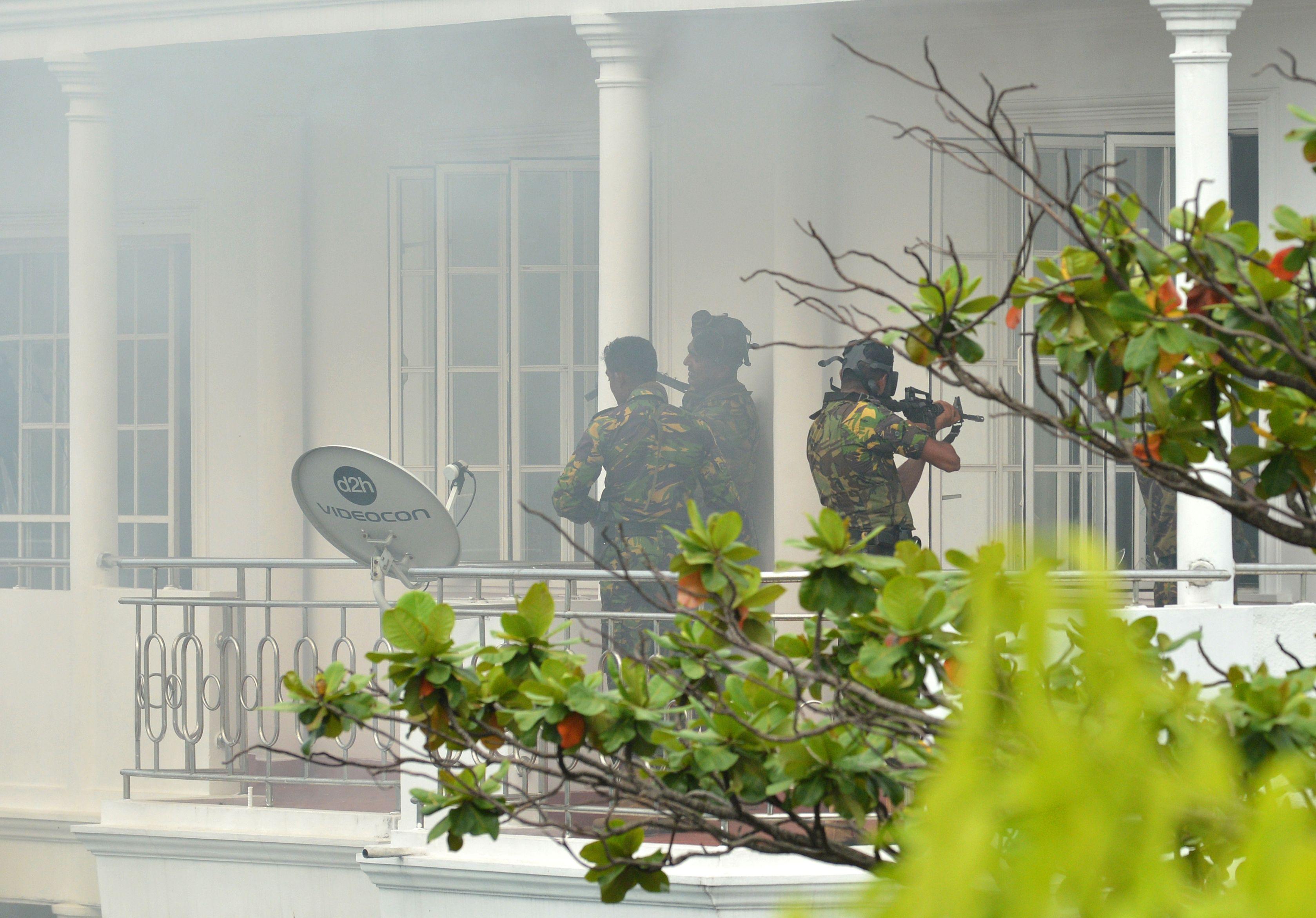 周五晚上,警方在斯里蘭卡東部海岸的突擊過程中與武裝份子發生槍戰,至少16人死亡,包括6名兒童。兩名恐怖份子仍在逃。圖為斯里蘭卡安全人員展開突擊。(ISHARA S. KODIKARA/AFP/Getty Images)