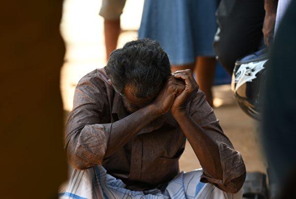 斯里蘭卡上周日(4月21日)發生8宗連環爆炸攻擊,目前已有290人喪生,約500人受傷。遇難者的家屬悲痛萬分。(LAKRUWAN WANNIARACHCHI/AFP/Getty Images)