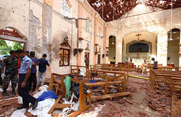 斯里蘭卡的一個教堂周日發生爆炸襲擊後,警方在檢查現場。(Stringer/Getty Images)