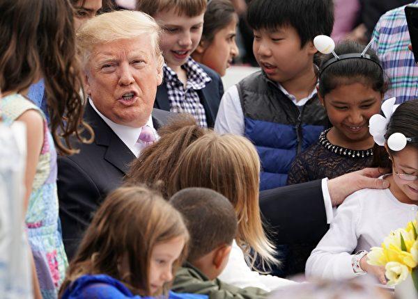 4月22日,特朗普在白宮和小朋友歡度復活節。(MANDEL NGAN/AFP/Getty Images)