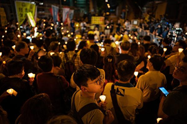 在香港法院24日宣判後,當晚香港居民舉行燭光抗議活動。(Anthony Kwan/Getty Images)