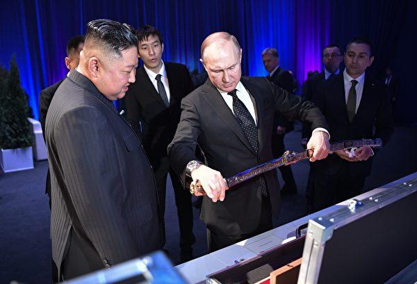 兩人互送冷兵器。被認為很不吉利。(ALEXEY NIKOLSKY/AFP/Getty Images)