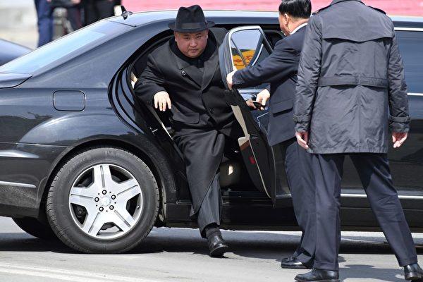 专家:金正恩可能在视察导弹试射时受伤