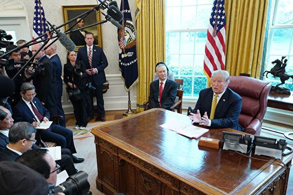 2019年4月4日,美國總統特朗普在白宮橢圓形辦公室會見中共國務院副總理劉鶴。(Chip Somodevilla/Getty Images)