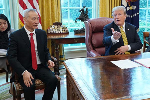 4月4日,美國總統特朗普在白宮接見中共副總理劉鶴。與以往不同的是,劉鶴坐在了特朗普的右邊。(Chip Somodevilla/Getty Images)