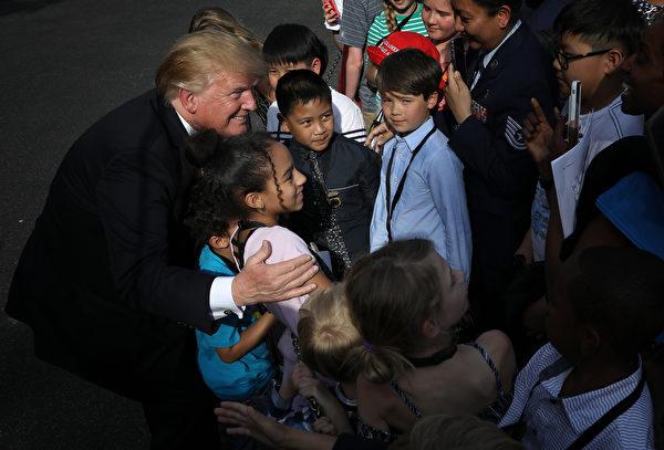 4月22日,特朗普總統在白宮和小朋友合照。(Win McNamee/Getty Images)