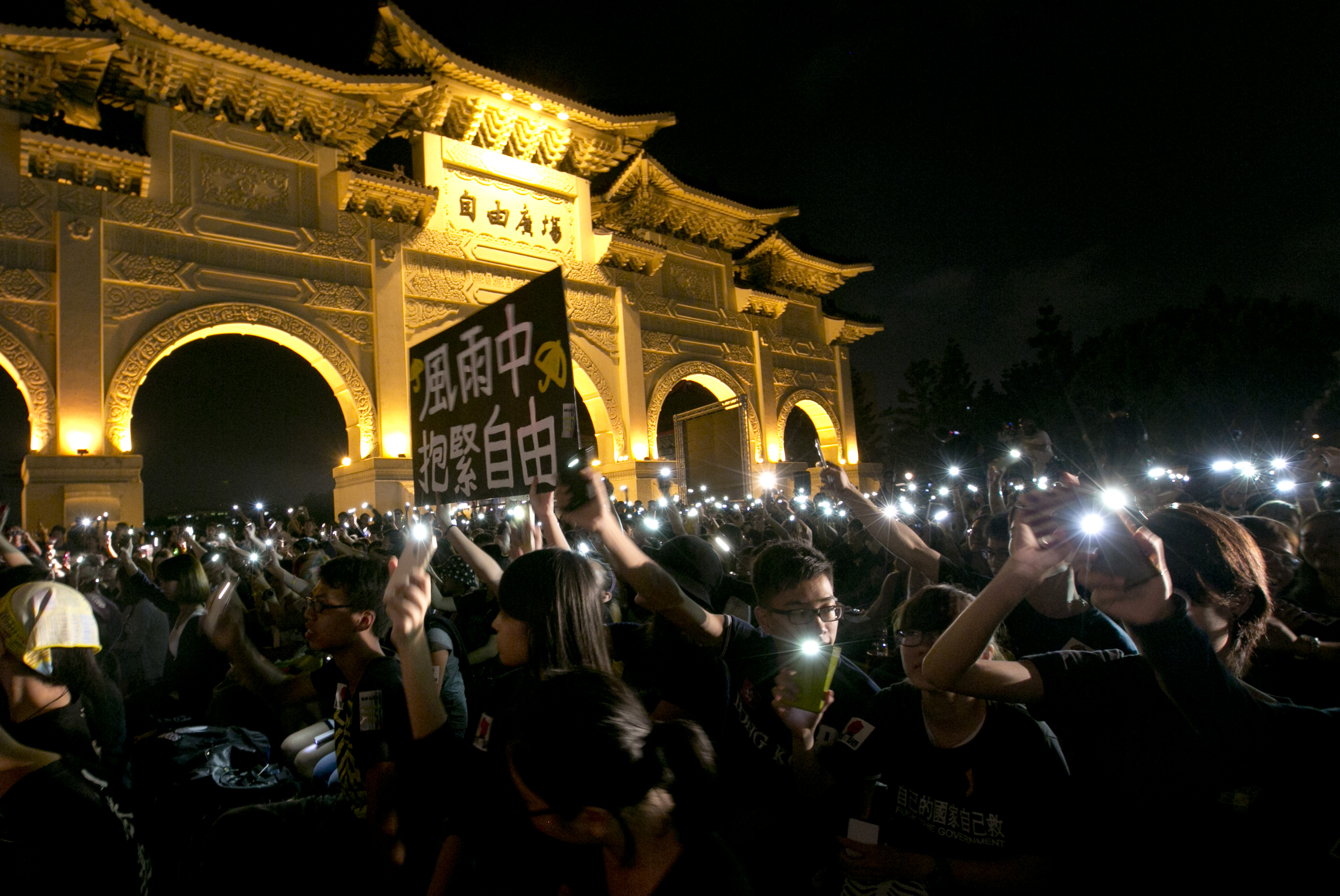 外交部長吳釗燮投書表示,因無數人的犧牲,台灣從未放棄追求自由與公民權利。(Ashley Pon/Getty Images)