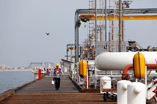 圖為伊朗一煉油廠。(ATTA KENARE/AFP/Getty Images)
