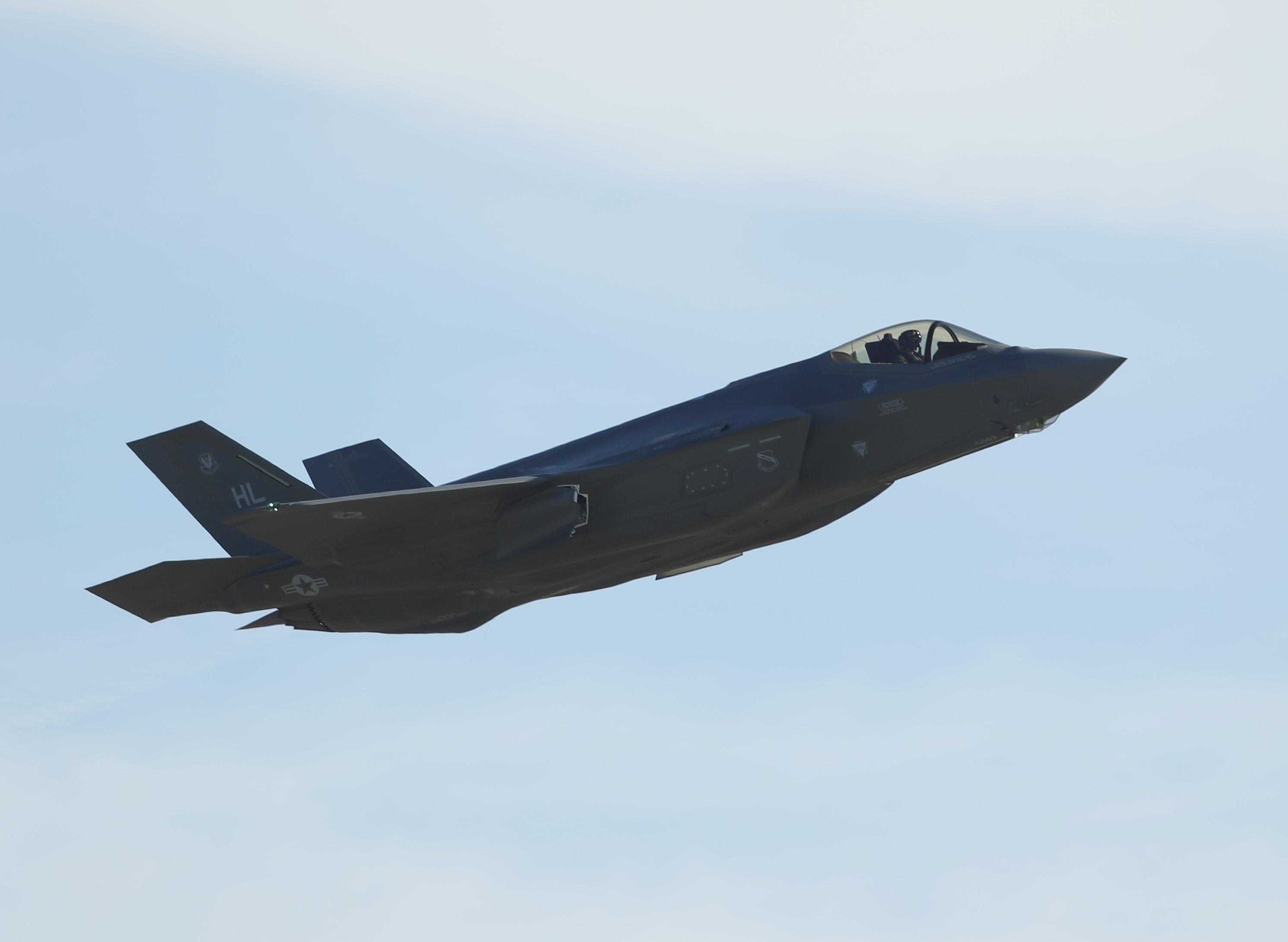 美國空軍在4月15日宣佈,猶他州希爾空軍基地的F-35A戰機開始在中東部署。圖為2017年3月15日,該基地一架F-35A戰機起飛以執行訓練任務。(George Frey/Getty Images)