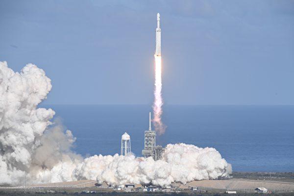2018年2月6日下午,SpaceX成功發射了世界上最強大的火箭——獵鷹重型火箭。(JIM WATSON/AFP/Getty Images)