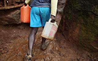 肯亞男子徒手挖路穿越樹林 全村人免走遠路