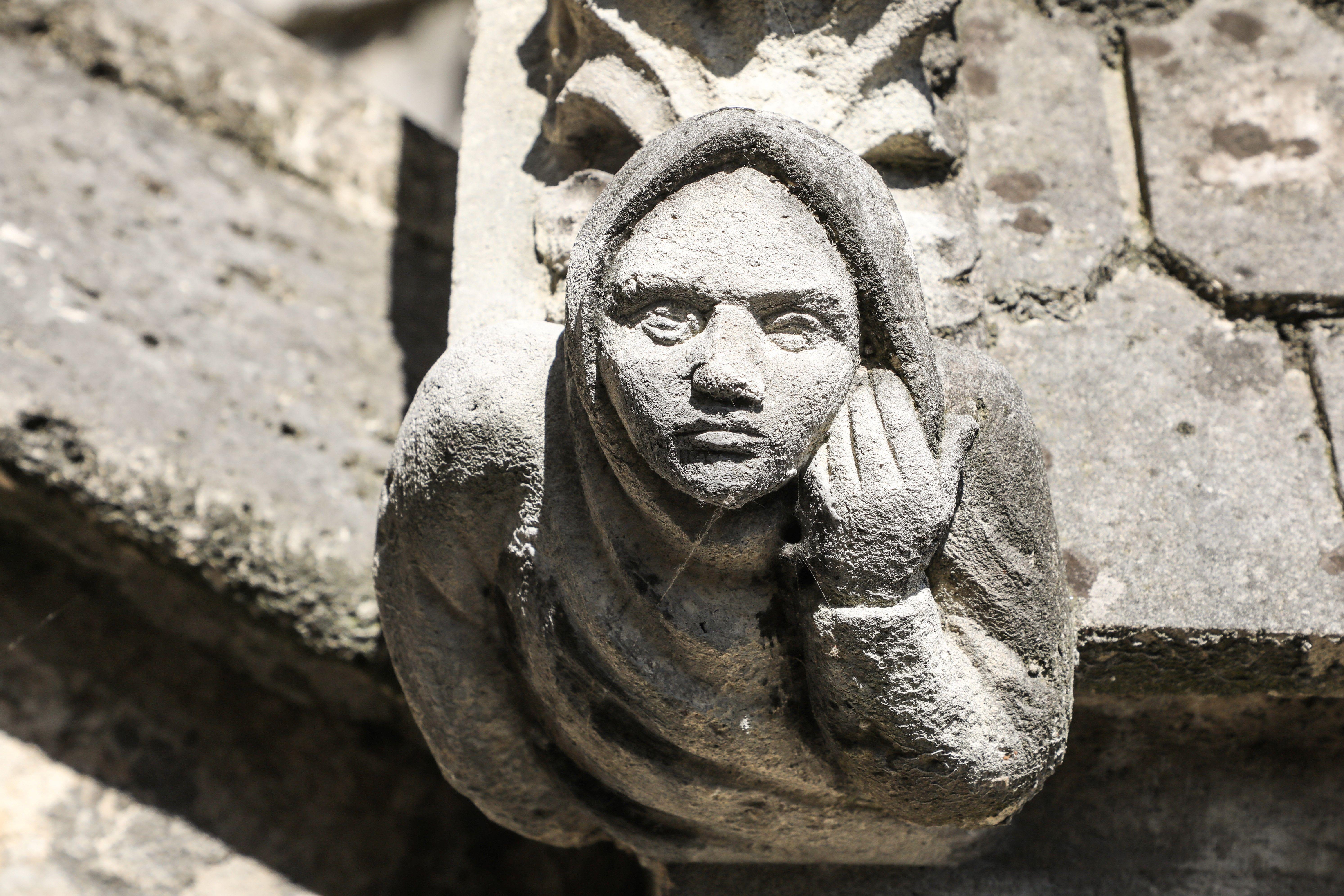 巴黎聖母院外牆一個神情哀傷的人形滴水石像。(LUDOVIC MARIN/AFP/Getty Images)