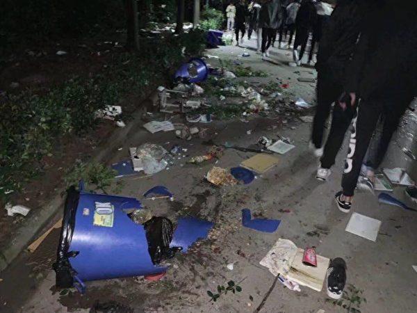 4月26日晚,憤怒的學生砸校,學校一片狼藉。(受訪者提供)