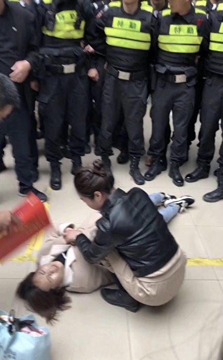 4月26日,江蘇南京市應用技術學校發生學生因招生造假、欺騙現象維權,校方暴力鎮壓、封鎖消息。(受訪者提供)