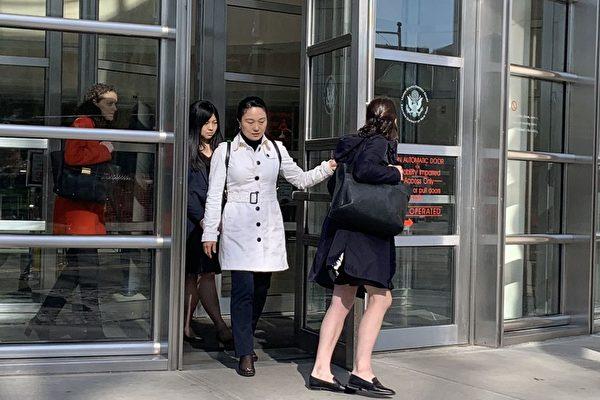 前國航經理林英(音譯,Ying Lin)4月17日在紐約認罪。圖為林英(白外套者)。(蔡溶/大紀元)