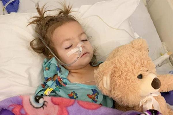 """2岁的肯妮被诊断患有罕见的卵巢癌""""卵黄囊瘤""""。(Fight With Kenni提供)"""