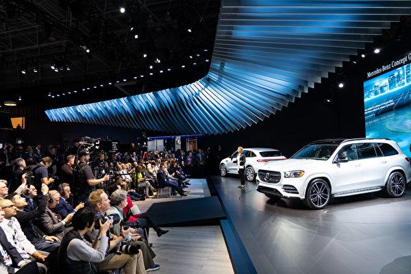 2019纽约国际车展,奔驰推出全新GLS。(戴兵/大纪元)