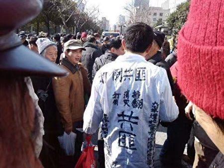 過去宮敏賡經常穿著這件白狀衣出現在上海市信訪辦。(受訪者提供)